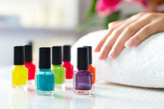 Donna nel salone dell'unghia che riceve manicure Fotografie Stock Libere da Diritti