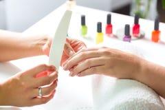 Donna nel salone dell'unghia che riceve manicure Immagini Stock Libere da Diritti
