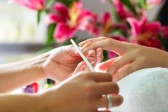 Donna nel salone dell'unghia che riceve manicure Fotografie Stock