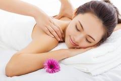 Donna nel salone della stazione termale che ottiene massaggio Fotografie Stock Libere da Diritti