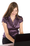 Donna nel sorridere digitante di porpora Fotografie Stock Libere da Diritti