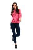 Donna nel sorridere rosa della maglietta felpata Fotografia Stock