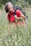 Donna nel suo 50s che fa un'escursione in natura Immagine Stock