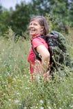 Donna nel suo 50s che fa un'escursione in natura Fotografia Stock