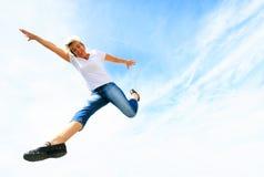 Donna nel suo 50s che salta su Immagini Stock Libere da Diritti