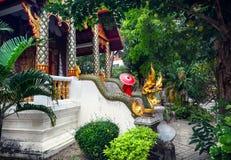 Donna nel tempio in Tailandia del Nord Immagini Stock