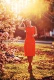 Donna nel tramonto del giardino di primavera Immagine Stock