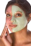 Donna nel trattamento facciale sperimentale della stazione termale di bellezza fotografia stock libera da diritti