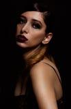 Donna nel trucco del goth che posa per la macchina fotografica Immagine Stock