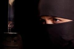 Donna nel vestito di ninja Immagine Stock