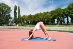 Donna nell'addestramento di posa di yoga sulla stuoia di forma fisica Immagini Stock Libere da Diritti