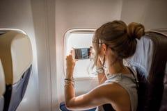 Donna nell'aeroplano fotografia stock libera da diritti