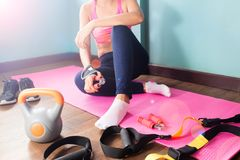 Donna nell'allenamento dell'abbigliamento di forma fisica a casa con lo sport e la forma fisica Immagine Stock