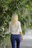 Donna nell'allontanarsi dei jeans Immagini Stock