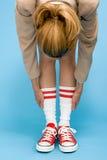 Donna nell'allungamento degli stivali di baseball Immagine Stock