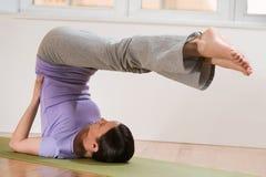 Donna nell'allungamento della posa di yoga Fotografia Stock