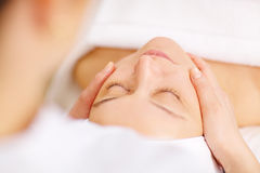 Donna nell'ambito del massaggio facciale professionale nella bellezza Fotografia Stock Libera da Diritti
