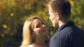 Donna nell'amore che esamina ragazzo, le relazioni felici, fiducia e credenza immagine stock libera da diritti