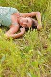 Donna nell'erba Immagine Stock