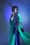 Donna nell'immagine del pavone. Immagini Stock