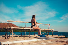 Donna nell'immergersi ingranaggio sulla zattera Immagini Stock Libere da Diritti