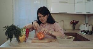 Donna nell'inizio della cucina per tagliare le verdure 4K stock footage