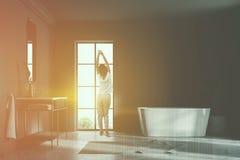Donna nell'interno grigio del bagno del sottotetto, tonificato Fotografia Stock Libera da Diritti