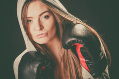 Donna nell'umore di combattimento con i guanti della scatola Fotografia Stock Libera da Diritti