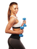 Donna nell'uso delle apparecchiature di sport con i pesi della mano fotografia stock