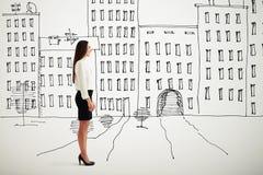 Donna nell'usura convenzionale sopra paesaggio urbano del disegno Immagini Stock Libere da Diritti