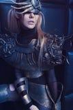 Donna nell'usura d'acciaio della testa e del costume Immagine Stock
