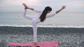 Donna nell'yoga di pratica bianca archivi video