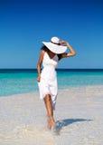 Donna nella camminata bianca sopra un banco di sabbia fotografia stock libera da diritti