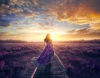 Donna nella camminata variopinta del vestito immagini stock libere da diritti