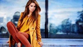 Donna nella città di autunno fotografia stock