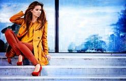 Donna nella città di autunno immagini stock libere da diritti