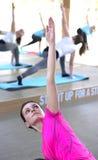 Donna nella classe di yoga Immagini Stock