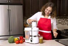 Donna nella cucina fotografia stock libera da diritti