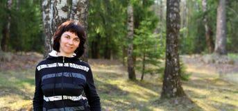 Donna nella foresta Immagini Stock