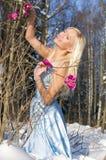 Donna nella foresta con l'orchidea fotografia stock