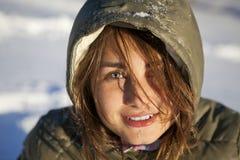 Donna nella foresta di inverno immagini stock