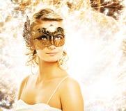 Donna nella mascherina di carnevale fotografie stock