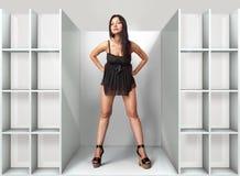 Donna nella montaggio-stanza l Fotografie Stock