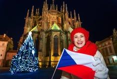 Donna nella parte anteriore della st Vitus Cathedral che mostra bandiera ceca Fotografia Stock