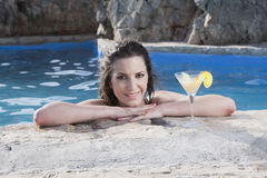 Donna nella piscina con il cocktail Immagine Stock Libera da Diritti