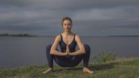 Donna nella posa classica di yoga, concentrazione di energia fotografia stock libera da diritti