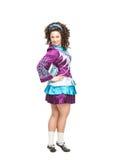 Donna nella posa del vestito da ballo dell'Irlandese isolata Immagini Stock