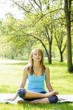 Donna nella posa di yoga del loto fuori Immagini Stock Libere da Diritti