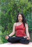 Donna nella posa di yoga in un parco Fotografia Stock Libera da Diritti