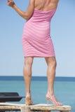 Donna nella posa sexy del vestito da estate all'oceano Immagini Stock